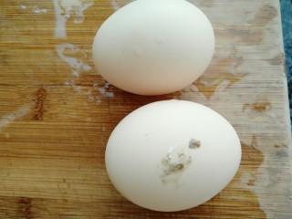 黄花菜蛋汤,准备鸡蛋两个