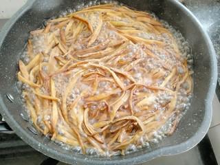 黄花菜蛋汤,放入盐,胡椒粉