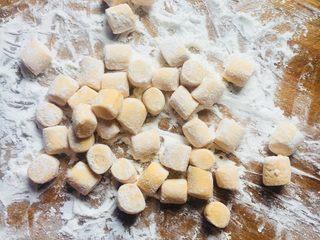 芋圆,砧板和刀不能有水,不然会粘。倒入木薯粉或者糯米粉都可以。用手赶成条装,切成小块,用小手揉一下就更好看啦。