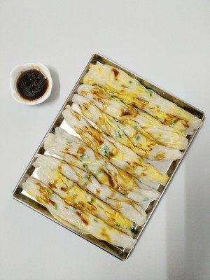 广东肠粉,全部酱料材料混合煮开(我用微波炉叮开的),淋上拉肠,开吃~