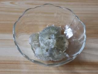 虾仁鸡蛋羹,明虾去壳取虾仁,洗净后加入少许盐腌制10分钟左右;
