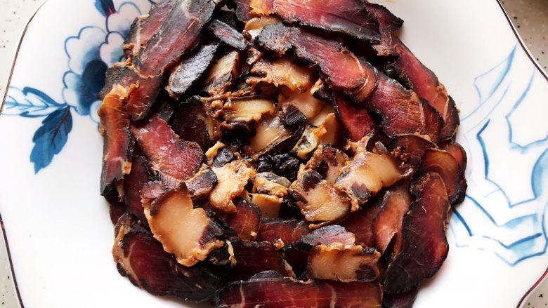 鲜香菇鸡蛋蒸酱油肉,再均匀铺上酱油肉,中间位置稍微凹进去一点,用来摆放鸡蛋