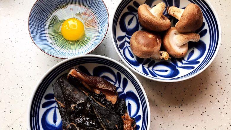 鲜香菇鸡蛋蒸酱油肉,首先我们准备好所有食材