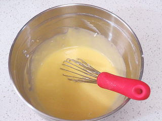 【小猪佩奇主题生日蛋糕】,搅拌均匀,不要总是朝一个方向划圈搅和,防止起筋