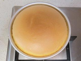 【小猪佩奇主题生日蛋糕】,烤好的蛋糕要立即从烤箱取出,快速摔一下