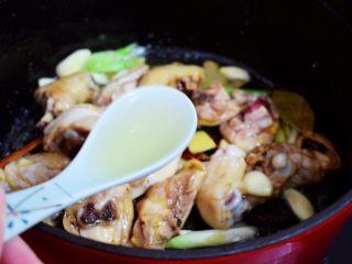 鸡块炖腐竹,加入料酒
