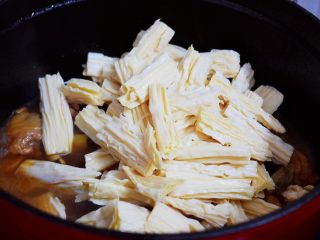 鸡块炖腐竹,加入腐竹,继续中小火炖煮10-15分钟