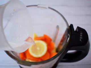 苹果胡萝卜汁,加入纯净水