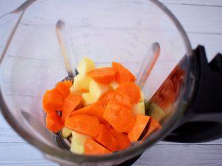 苹果胡萝卜汁,加入胡萝卜
