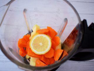 苹果胡萝卜汁,加入柠檬