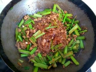 西芹肉沫烧粉丝,加入适量盐,翻炒均匀关火出锅