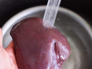 菠菜猪肝汤,<a style='color:red;display:inline-block;' href='/shicai/ 419/'>猪肝</a>用自来水反复冲洗干净。