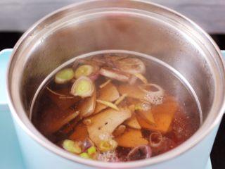 菠菜猪肝汤,锅中倒入焯过水的猪肝。