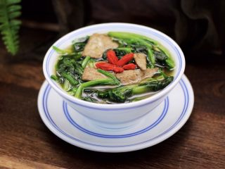 菠菜猪肝汤,汤汁鲜美,猪肝鲜嫩爽滑,菠菜清口开胃。
