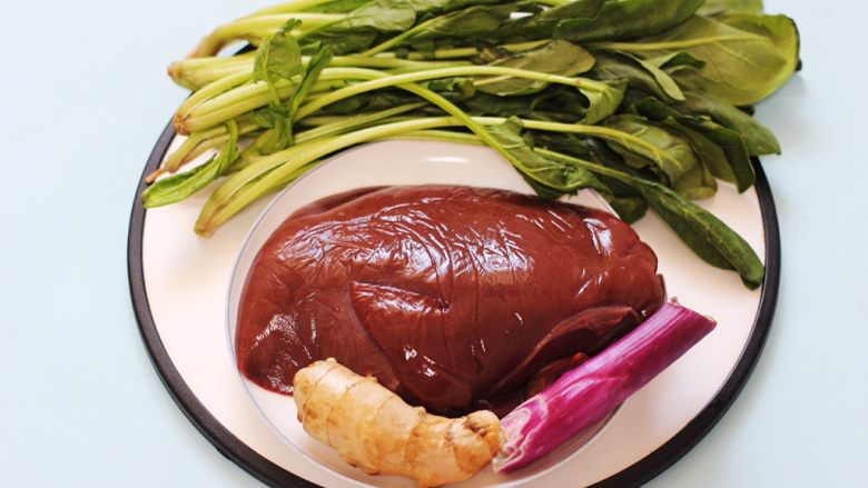 菠菜猪肝汤,把所有的食材备齐。