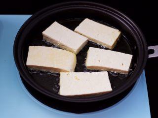 香辣煎豆腐,煎锅中加入<a style='color:red;display:inline-block;' href='/shicai/ 849/'>花生油</a>烧热,再把豆腐依次码放到锅中。