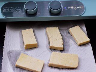 香辣煎豆腐,把焯好的豆腐,用厨房用纸吸干豆腐的水分。