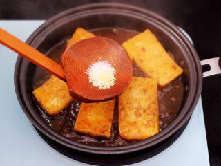 香辣煎豆腐,最后加入按个人口味加入盐和<a style='color:red;display:inline-block;' href='/shicai/ 756/'>鸡精</a>调味,再加入少许清水。