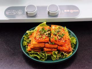 香辣煎豆腐,把煎好的豆腐出锅后,撒上葱花和<a style='color:red;display:inline-block;' href='/shicai/ 678/'>白芝麻</a>即可食用。