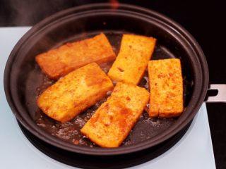 香辣煎豆腐,锅中慢慢把汤汁收到粘稠时。