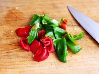 辣爆猪肝,把青红椒洗净后,用刀切成块状。