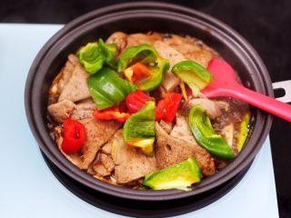 辣爆猪肝,加入切块的青红辣椒。