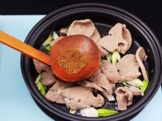辣爆猪肝,加入花椒粉增加香味。