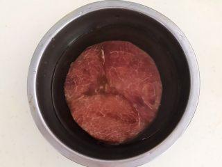 黑椒牛肉丁炒香芹,牛排用冷水浸泡10分钟,泡出血水