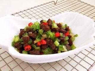 黑椒牛肉丁炒香芹,黑椒牛肉炒香芹鲜香适宜,清爽可口~