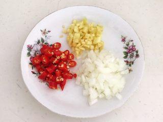 黑椒牛肉丁炒香芹,把小米辣,圆葱,鲜姜切成末