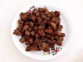 黑椒牛肉丁炒香芹,把炒好的牛肉盛出来