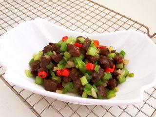 黑椒牛肉丁炒香芹,黑椒牛肉炒香芹出锅了
