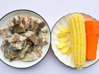 胡萝卜玉米排骨汤,准备材料:①排骨400g② 胡萝卜1根③玉米1根④姜3片⑤食盐适量