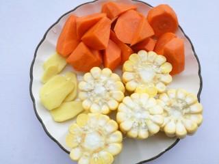 胡萝卜玉米排骨汤,胡萝卜去皮洗净切滚刀块,玉米去须洗净切断,姜去皮切片。