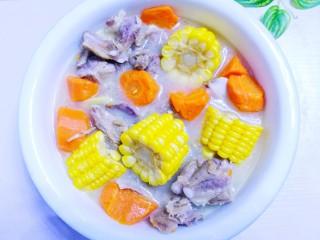 胡萝卜玉米排骨汤,汤就做好啦。