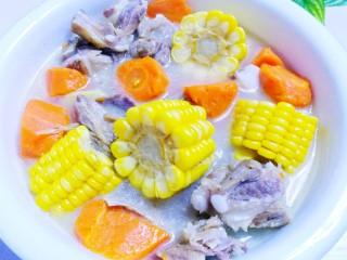 胡萝卜玉米排骨汤,来一口。