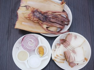 超鲜美的鱿鱼炖五花肉汤,准备材料:鱿鱼500g,五花肉400g,洋葱100g,生姜10g,胡椒粉10g。