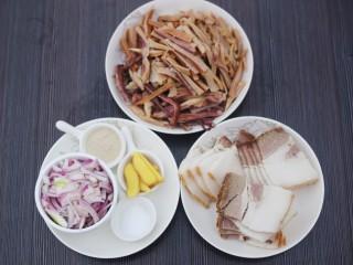 超鲜美的鱿鱼炖五花肉汤,鱿鱼洗净切细条,五花肉切片,洋葱切条,姜切片。