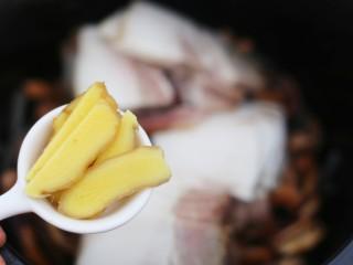 超鲜美的鱿鱼炖五花肉汤,姜片。