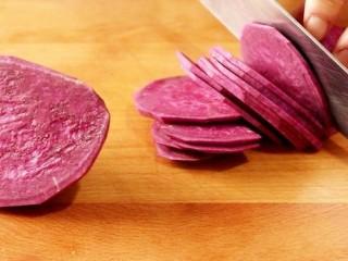 紫薯糯米丸子,将紫薯洗净去皮。切成薄片儿,