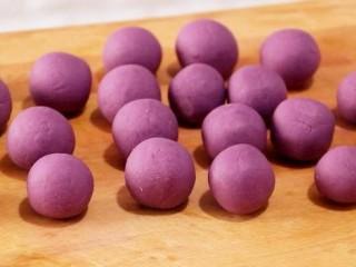 紫薯糯米丸子,把所有的方块都揉好。