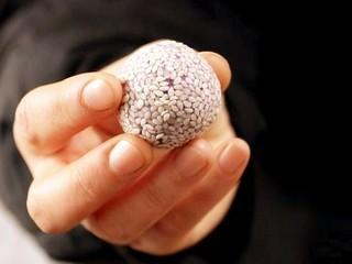 紫薯糯米丸子,用手把丸子握一握。使芝麻紧贴在丸子表面。