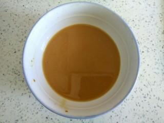 西葫芦木耳炒鸡蛋,小碗中放入一勺生抽一勺醋,两勺淀粉,适量清水搅拌均匀