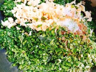 荠菜鸡蛋薄皮大混沌,在加入少许熟油,将韭菜拌匀,在放盐,生抽,味精