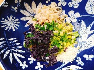 荠菜鸡蛋薄皮大混沌,碗中放蒜苗,香菜,虾皮,紫菜,少许盐,鸡精,香油