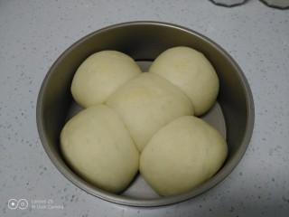 蒸豆沙面包,取出。