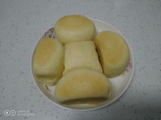 蒸豆沙面包,盛入盘中。