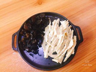 四季豆烧腐竹+春天的味道,泡好后取出沥干水分