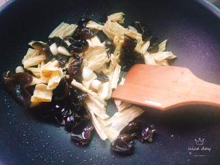 四季豆烧腐竹+春天的味道,快速翻炒