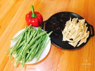 四季豆烧腐竹+春天的味道,食材准备,提前将木耳,腐竹泡发